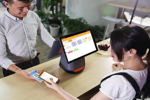 Quầy thanh toán của shop có các thiết bị như máy tính, máy pos, máy in hóa đơn,..