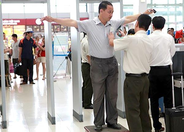 Cửa từ an ninh sân bay có bộ từ tính dò kim loại