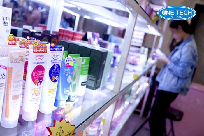 Kệ kính siêu thị tại Hà Nam được sản xuất tại OneTech Việt Nam