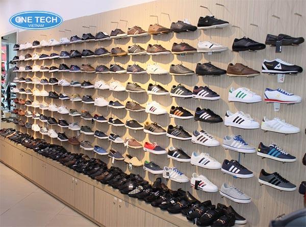 Các móc treo giày dép đẹp, làm nổi bật không gian trưng bày