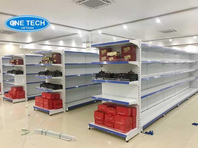 Hình ảnh Onetech lắp đặt kệ bày hàng tại HCM