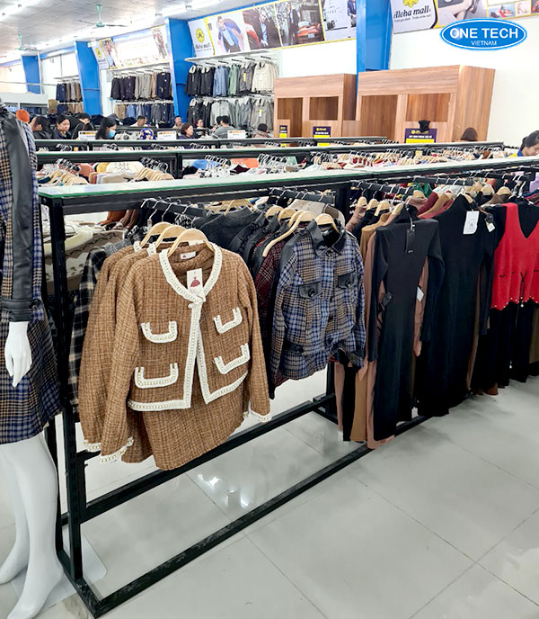Kệ sắt có móc treo quần áo
