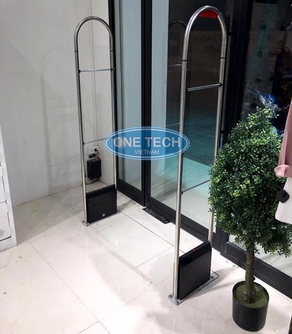 Lắp đặt cửa từ cho shop thời trang tại Onetech