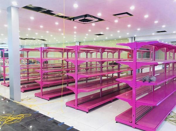 Giá kệ trưng bày sản phẩm Mediamart với tông màu hồng