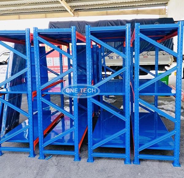 Torano lựa chọn mẫu kệ trung tải thiết kế 3 tầng, tông màu xanh chủ đạo