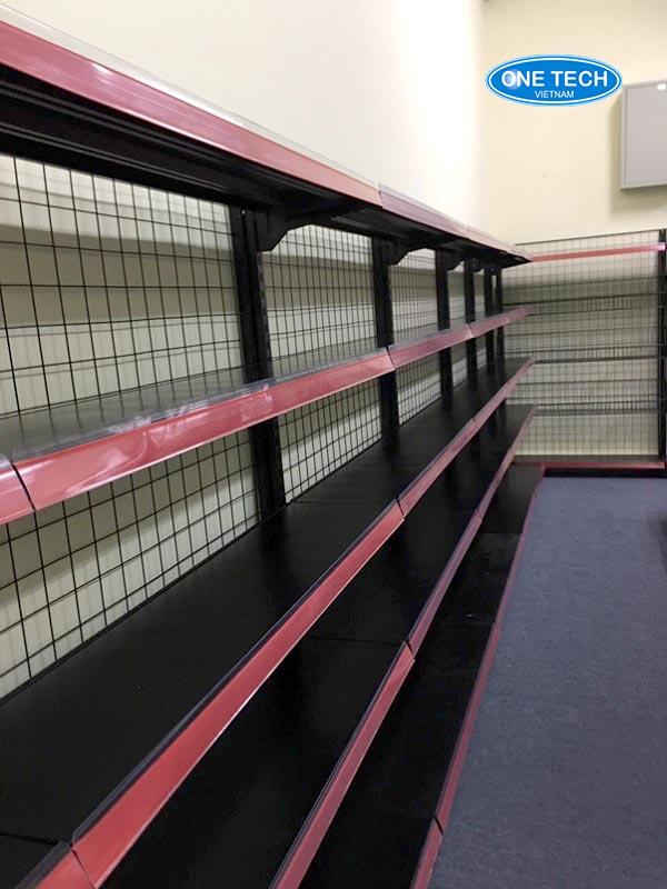 Kệ đơn lưới màu đen áp tường có một mặt bày hàng và 5 tầng