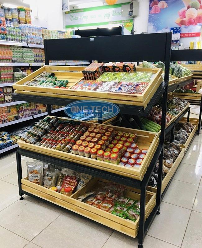 Kệ khung sắt khay gỗ trưng bày hàng rau củ quả và gia vị
