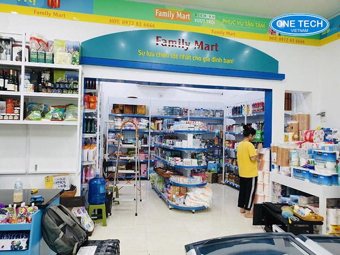 Các mẫu giá kệ bày hàng tại siêu thị Family Mart