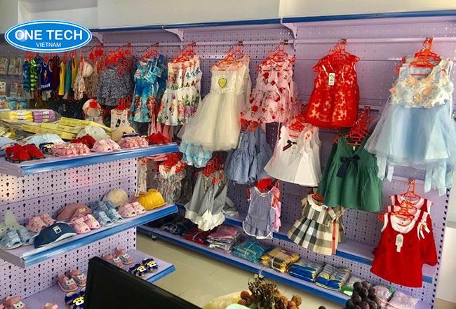 Kệ trưng bày quần áo, giày dép trẻ em