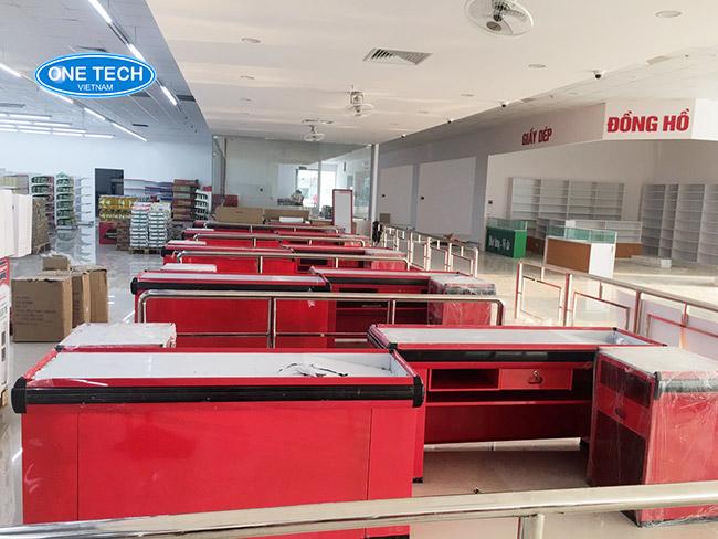 Các phụ kiện siêu thị: bàn thu ngân, máy pos, cổng từ an ninh, kẹp giá...