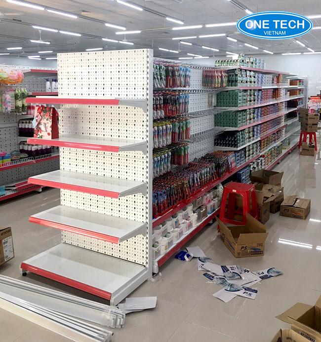 Mẫu giá kệ trưng bày hàng thiết kế và lắp đặt bởi Onetech