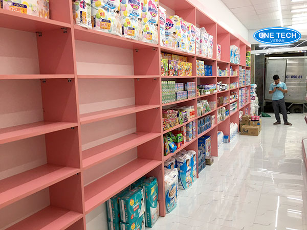 Kệ gỗ được sơn màu trưng bày sản phẩm bỉm sữa tại các siêu thị, shop mẹ và bé